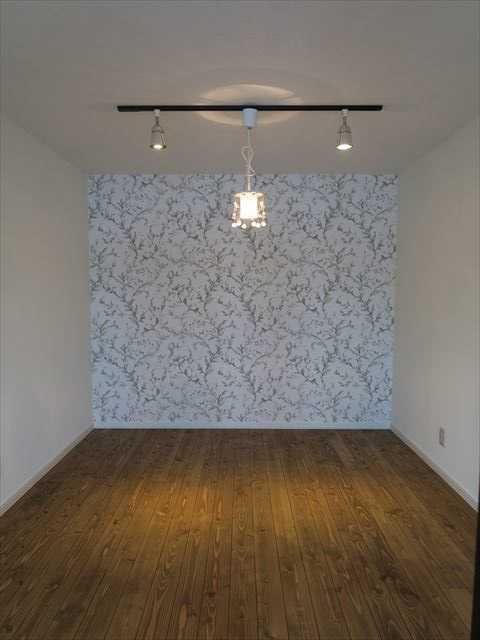 窓のない和室が開放的な洋室に大変身。無垢のフローリングと造作テーブルが特徴のマンションリノベ