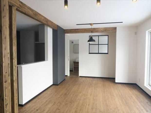 土間の大きな、明るく開放的な家事室のお家