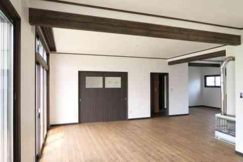 白い壁とダークブラウンのコントラストがポイントの古家リノベーション